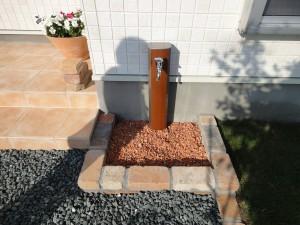 もともと付いている立水栓にカバーができるんです!!そこにアンティークレンガで囲いをw