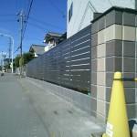 道路沿いには目隠しフェンスを♪
