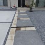 アプローチは300角平板とコンクリート洗い出しの組み合わせ♪